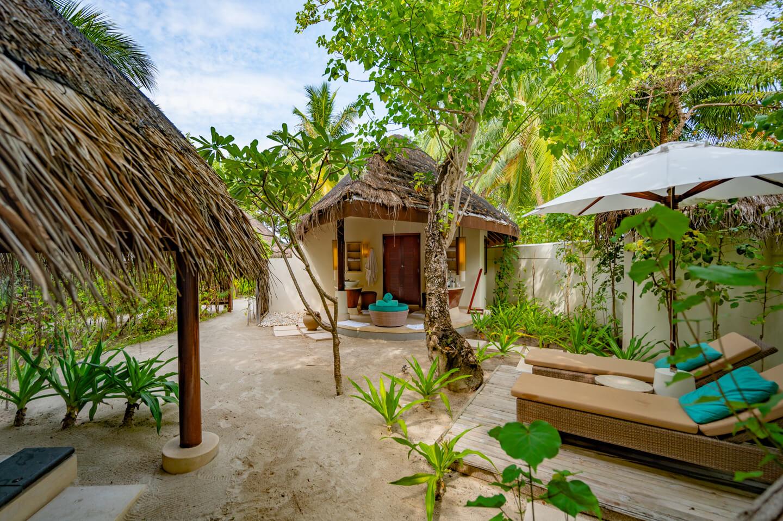constance-halaveli-maldives-outdoor-bathroom