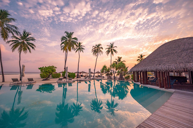 constance-halaveli-maldives-sunset-pool