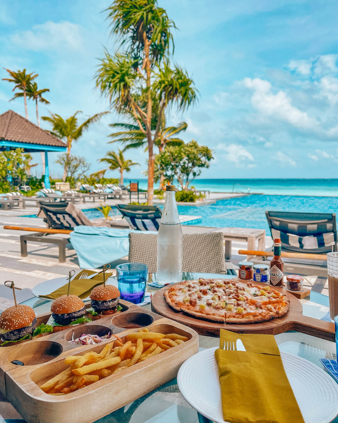mini burgers and pizza for lunch at the pool bar of the SAii Lagoon Maldives